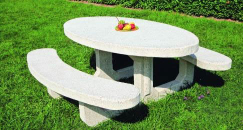 Une table de pique nique en béton de mobilier urbain