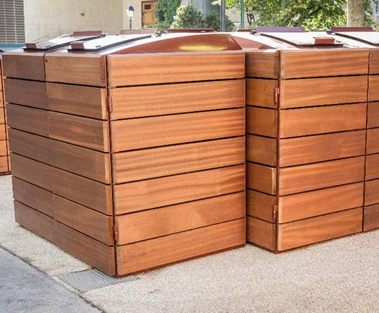Un abri poubelle en bois